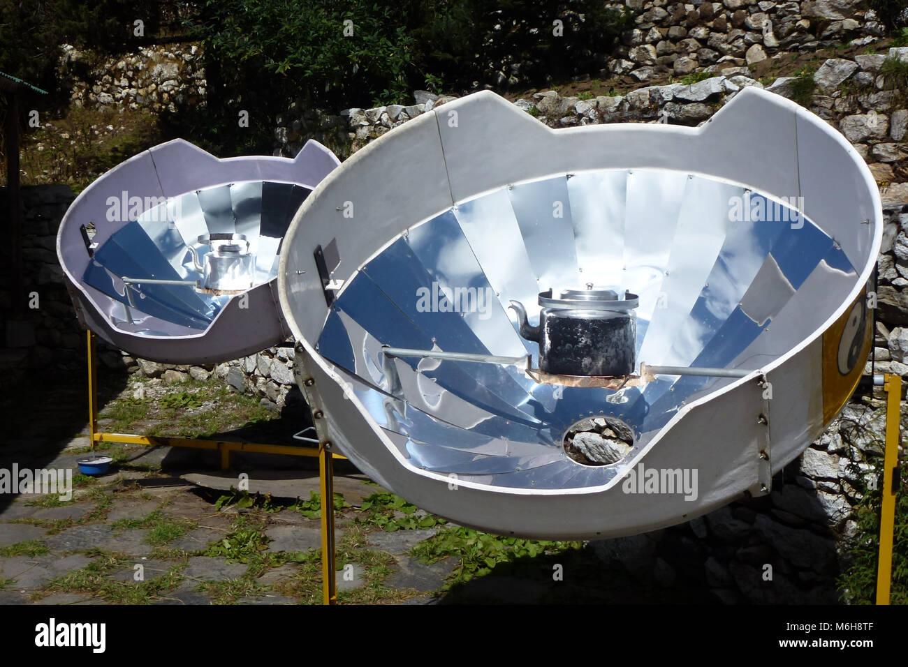 Immagine di una parabolica riscaldatori solare per acqua calda, Pangboche, Campo Base Everest trek, Nepal Immagini Stock