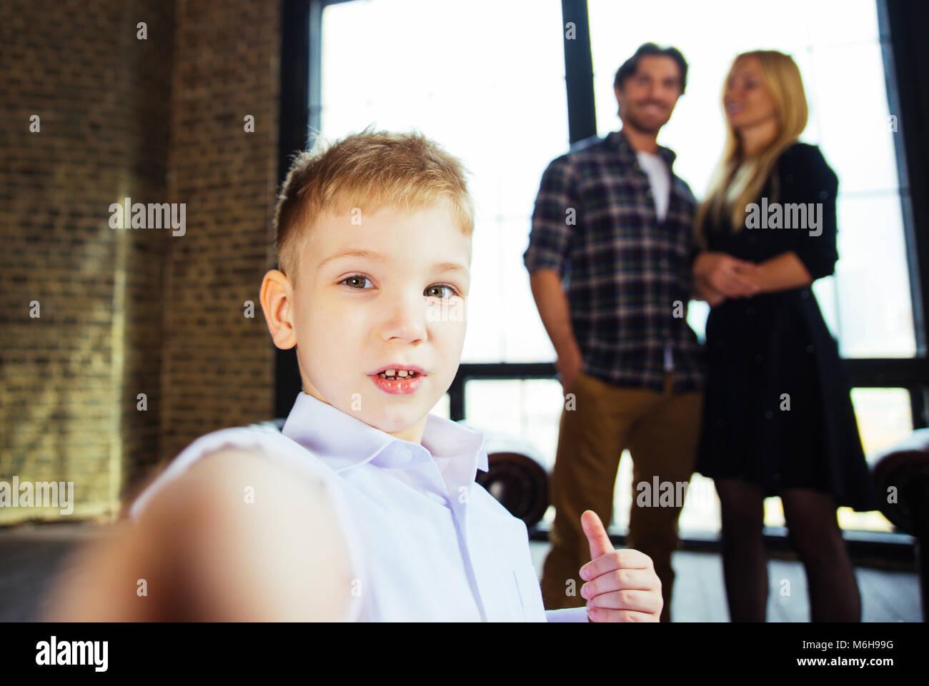 Casa Famiglia ritratto. Genitori e figlio di trascorrere del tempo insieme Immagini Stock