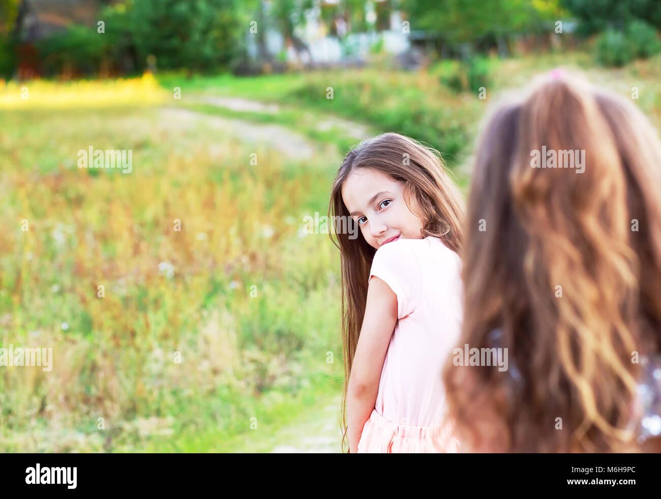 Malinconici ragazza adolescente, giovane e bella ragazza