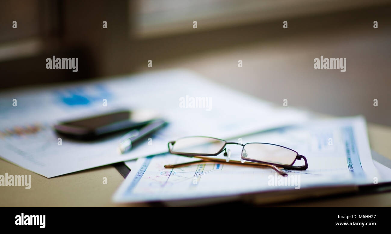 Attività di analisi finanziaria del posto di lavoro Immagini Stock