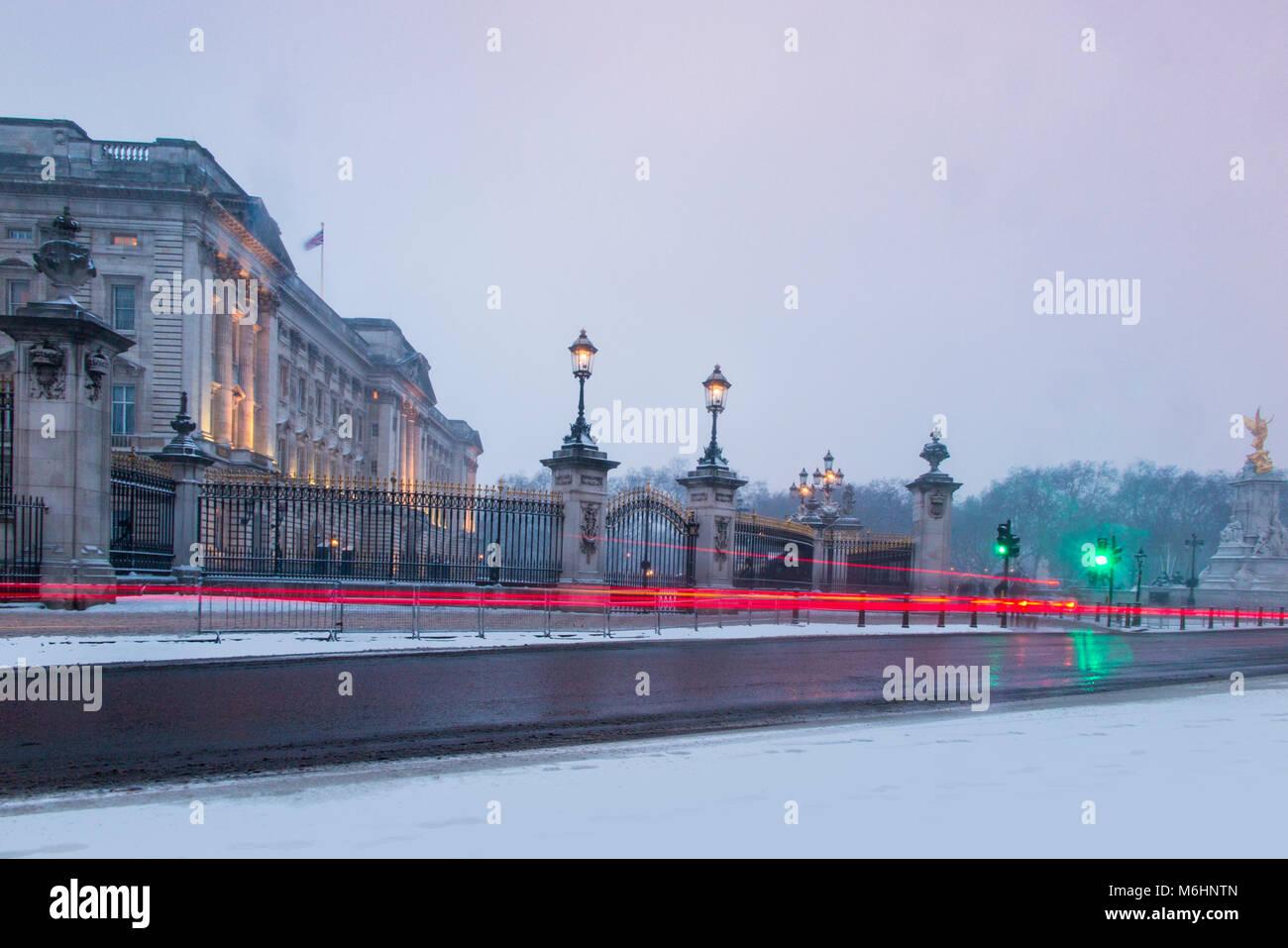 Buckingham Palace nella neve Immagini Stock