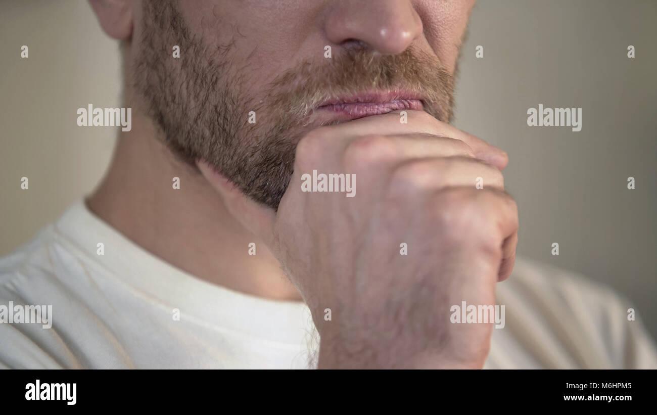 Grave uomo adulto con barba sfrega mento, avendo dubbi, pensando, close-up Immagini Stock