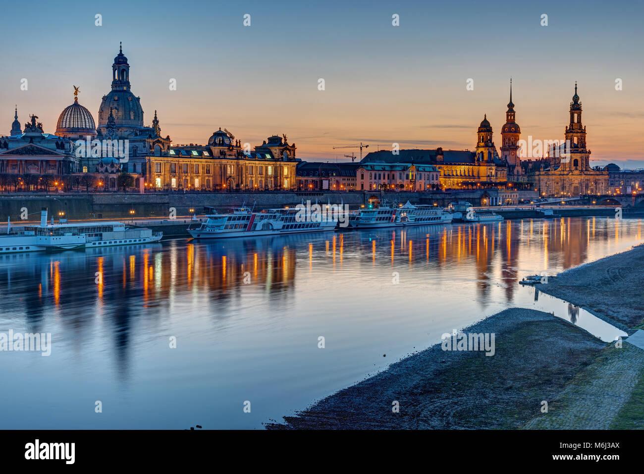 La città vecchia di Dresda con il fiume Elba dopo il tramonto Immagini Stock
