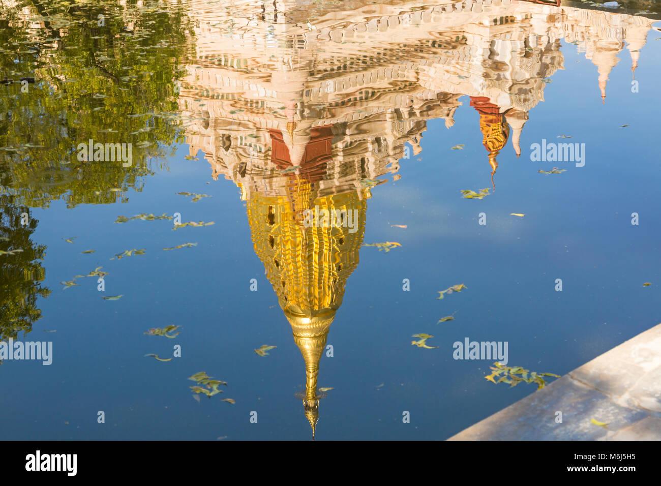 La riflessione della Pagoda di Ananda, Ananda Tempio a Bagan, Myanmar (Birmania), l'Asia in febbraio Immagini Stock