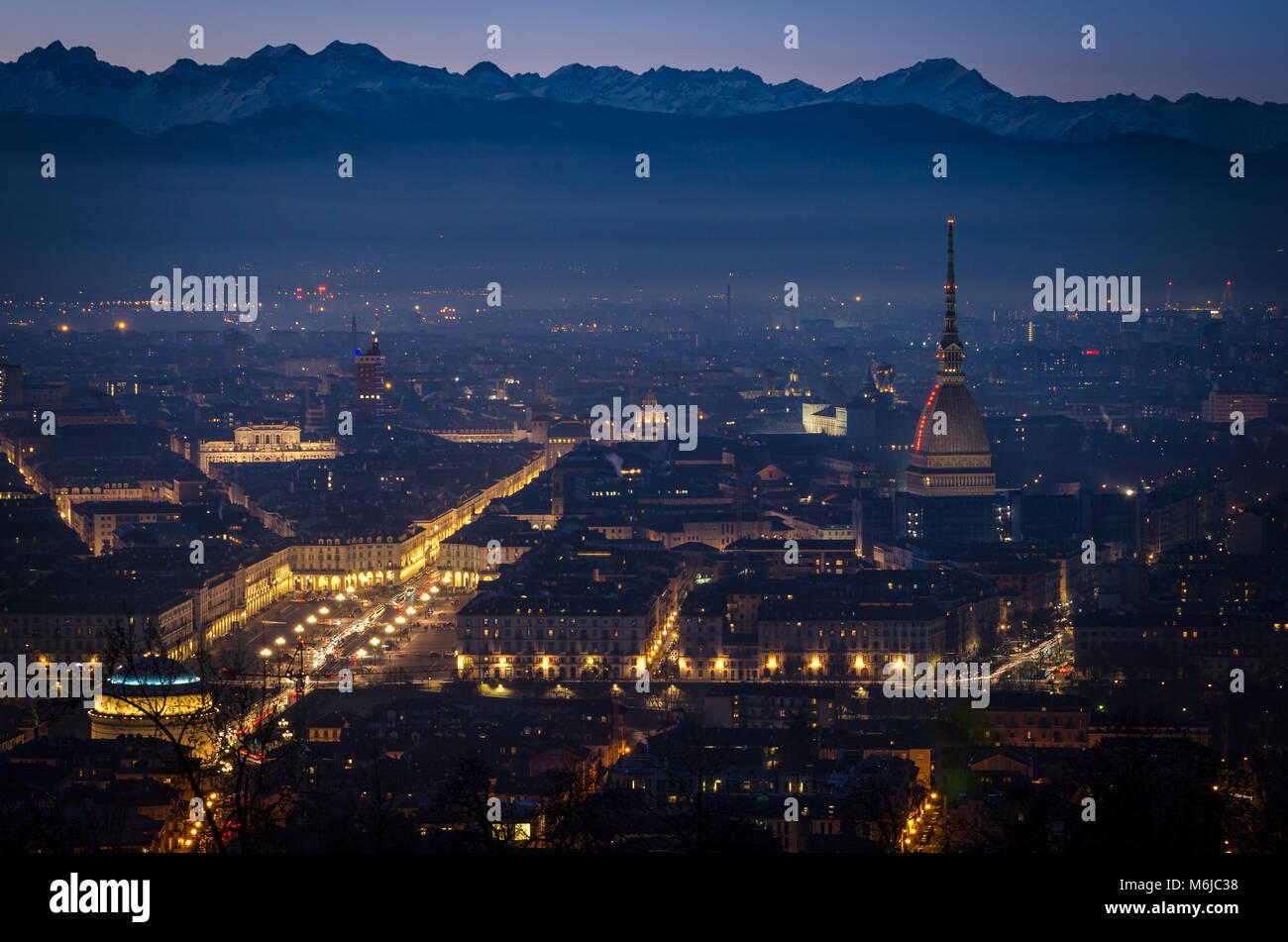 Torino vista panoramica al crepuscolo con la Mole Antonelliana e Piazza Vittorio Foto Stock