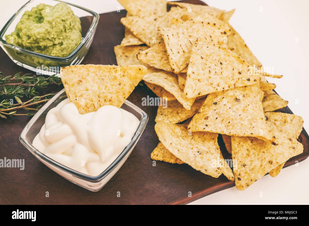 Ricetta Nachos Fritti.Sfondo Di Tortilla Di Mais O Nachos Fritti Su Un Fuoco Aperto Con Salsa Di Caeso E Salsa Copia Dello Spazio Foto Stock Alamy