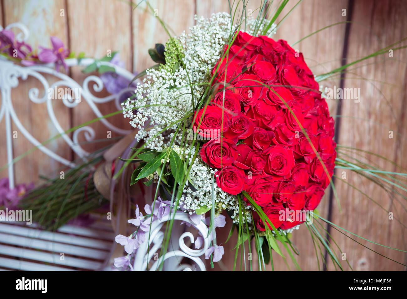 Grande Mazzo Di Fiori.Un Bouquet Di Fiori Bouquet Di Un Centinaio Di Rose Rosse Grande