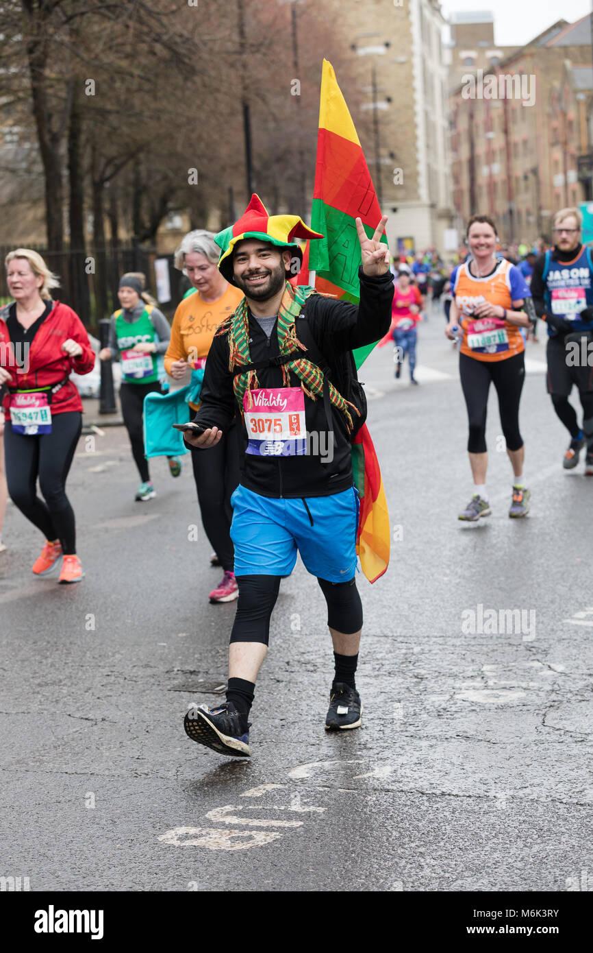 Londra, Regno Unito. Il 4° marzo 2018. Fancy Dress runner a Wapping come egli si avvicina alla metà del Immagini Stock