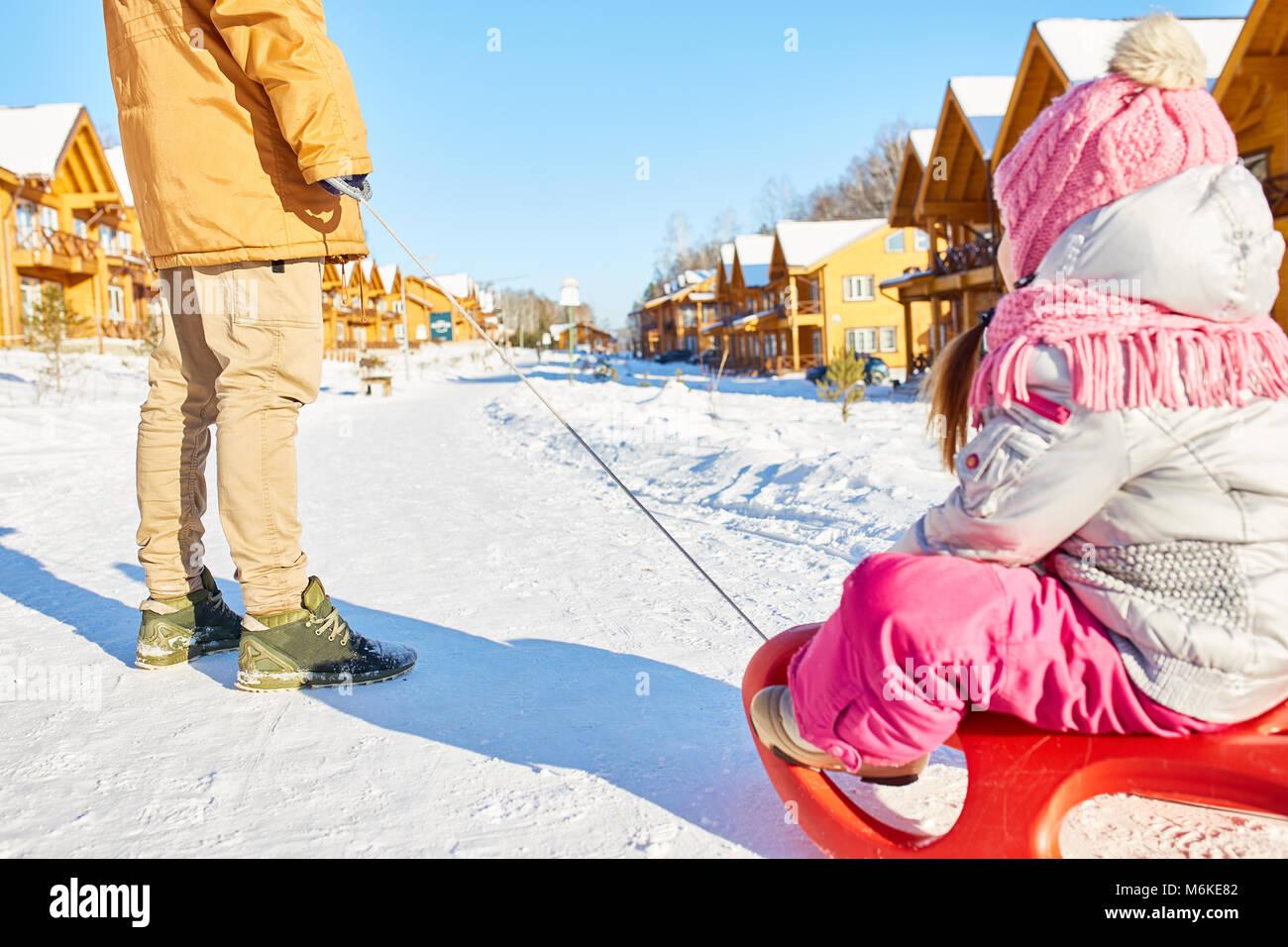Divertimento sled ride con padre Immagini Stock
