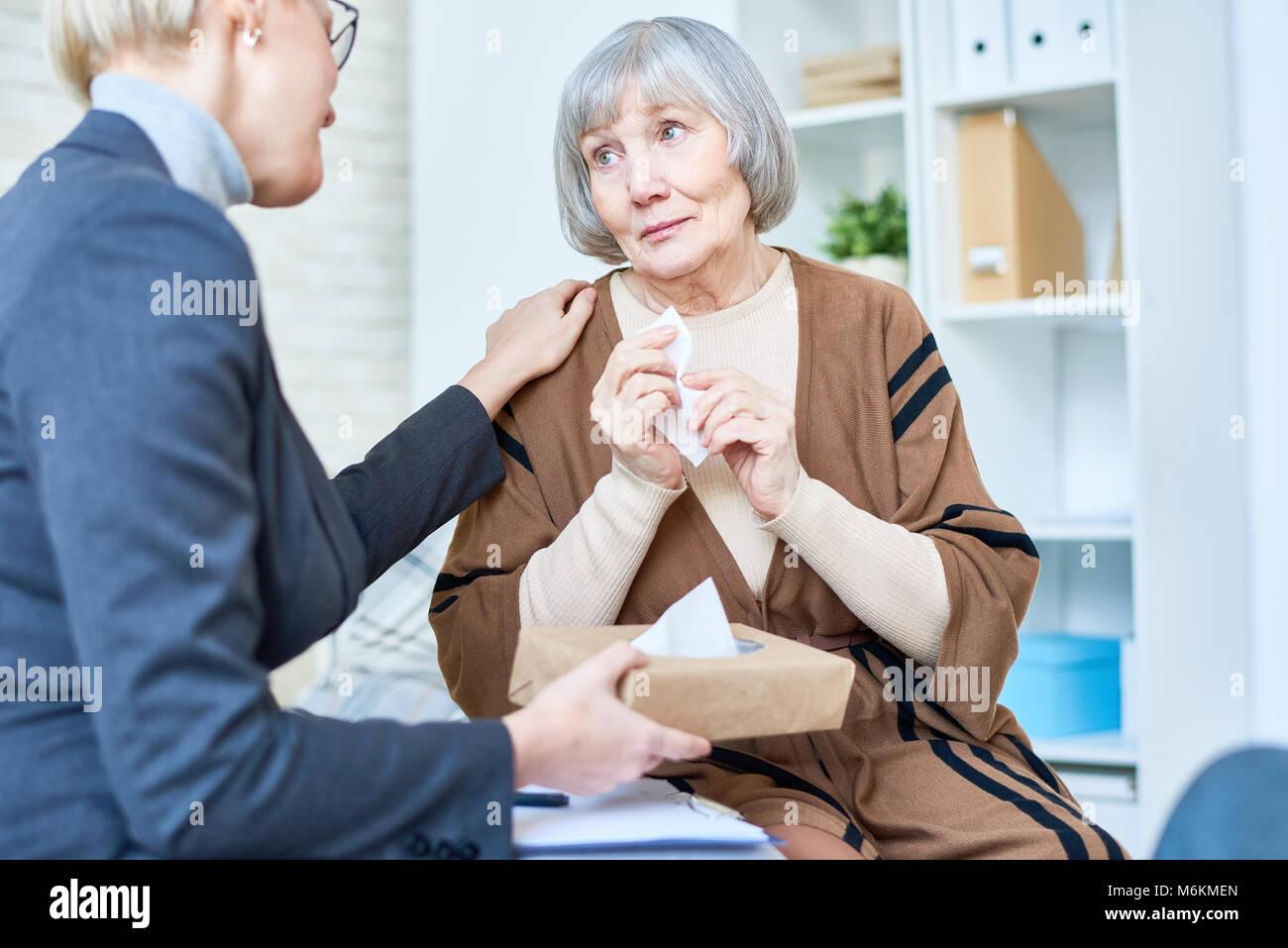 Il pianto Senior donna in terapia Immagini Stock
