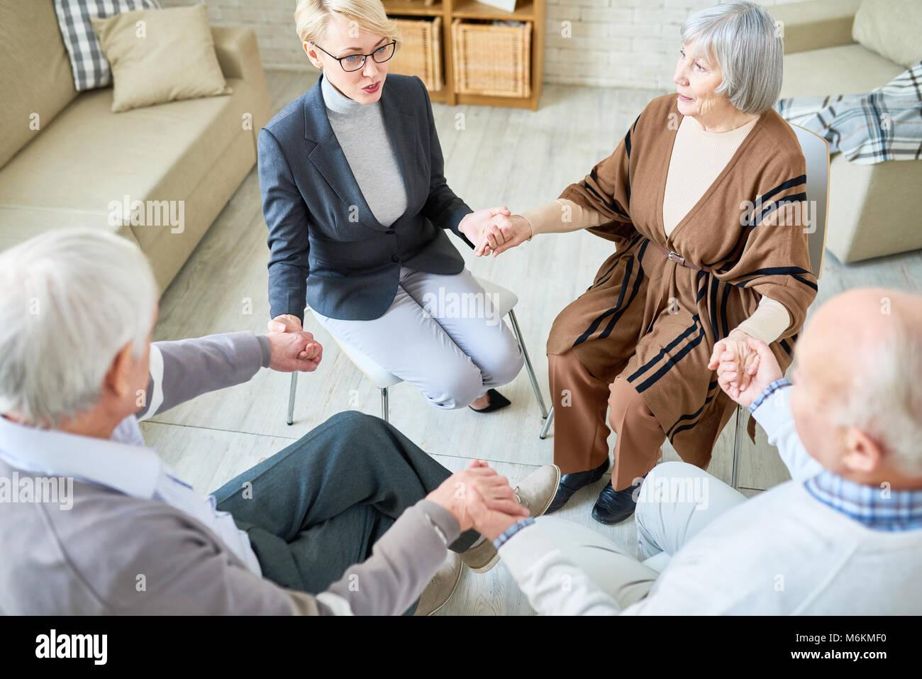Cerchio di supporto nella terapia di gruppo a Sessione Immagini Stock