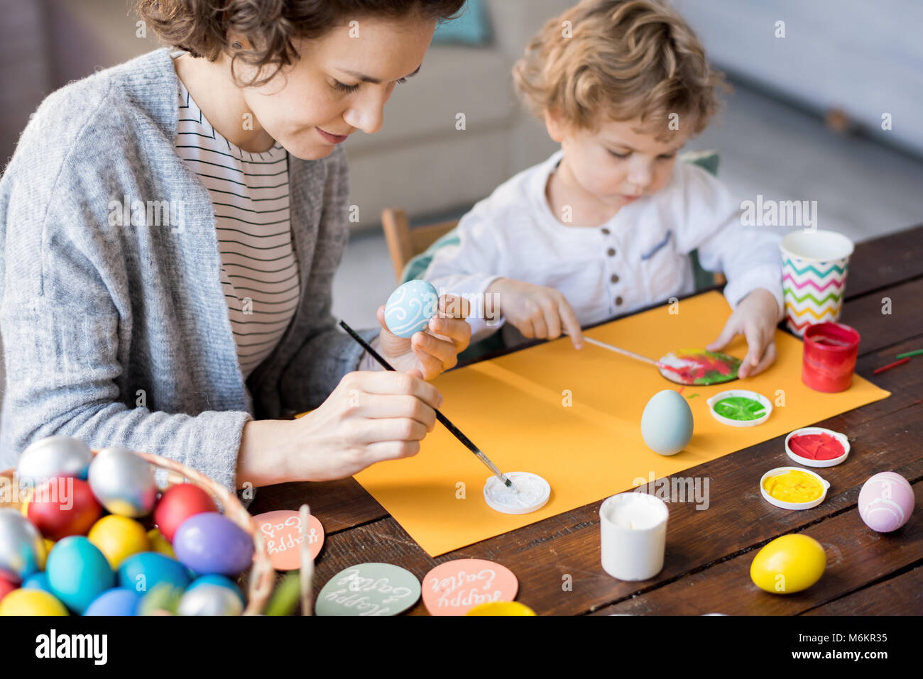 Famiglia di pittura delle uova di Pasqua Immagini Stock