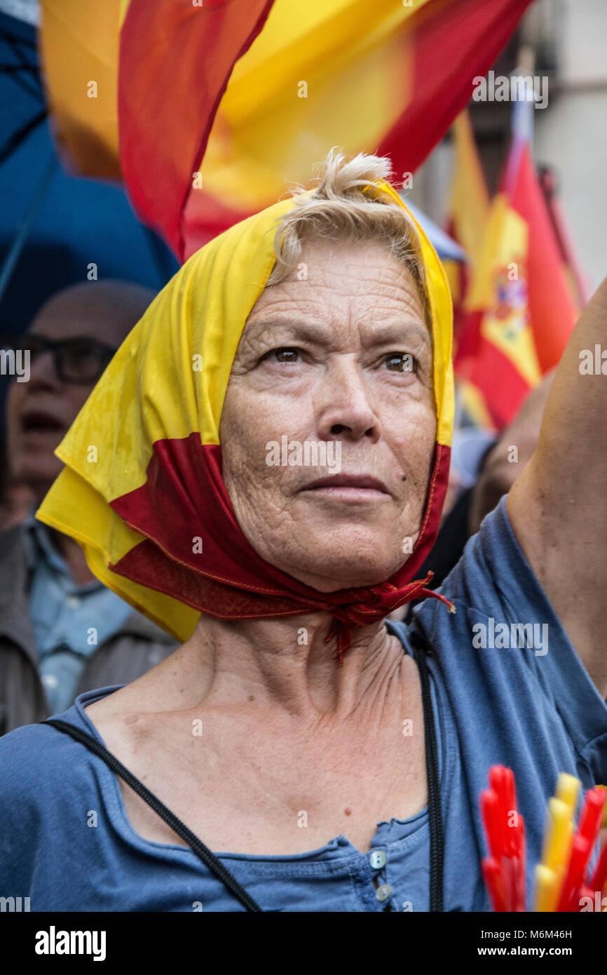 Manifestante en la concetración de Plaza Sant Jaume en Barcelona por la unidad de España con motivo del Immagini Stock
