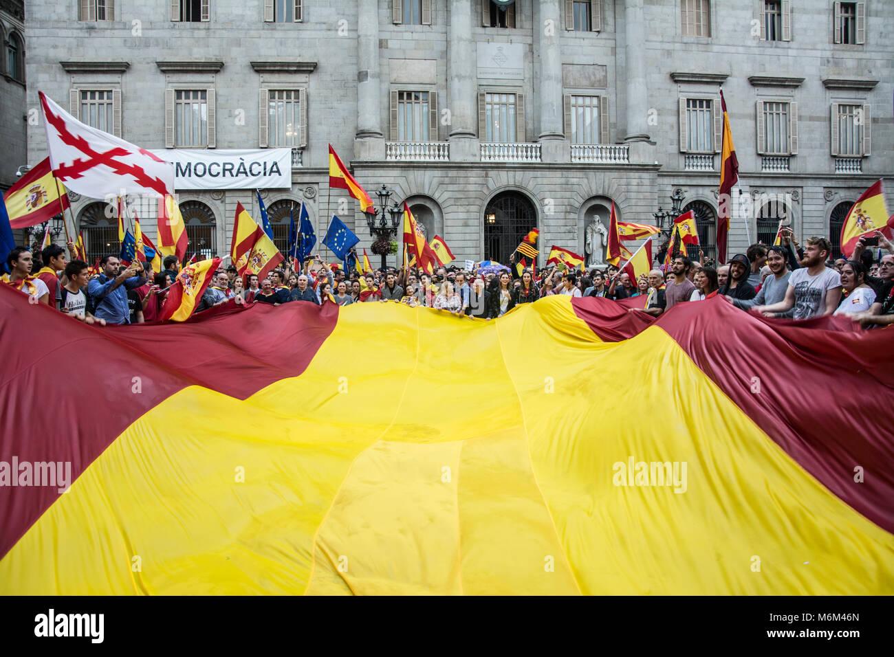 Concentración por la unidad de España en la plaza Sant Jaume en Barcelona con motivo del referéndum Immagini Stock