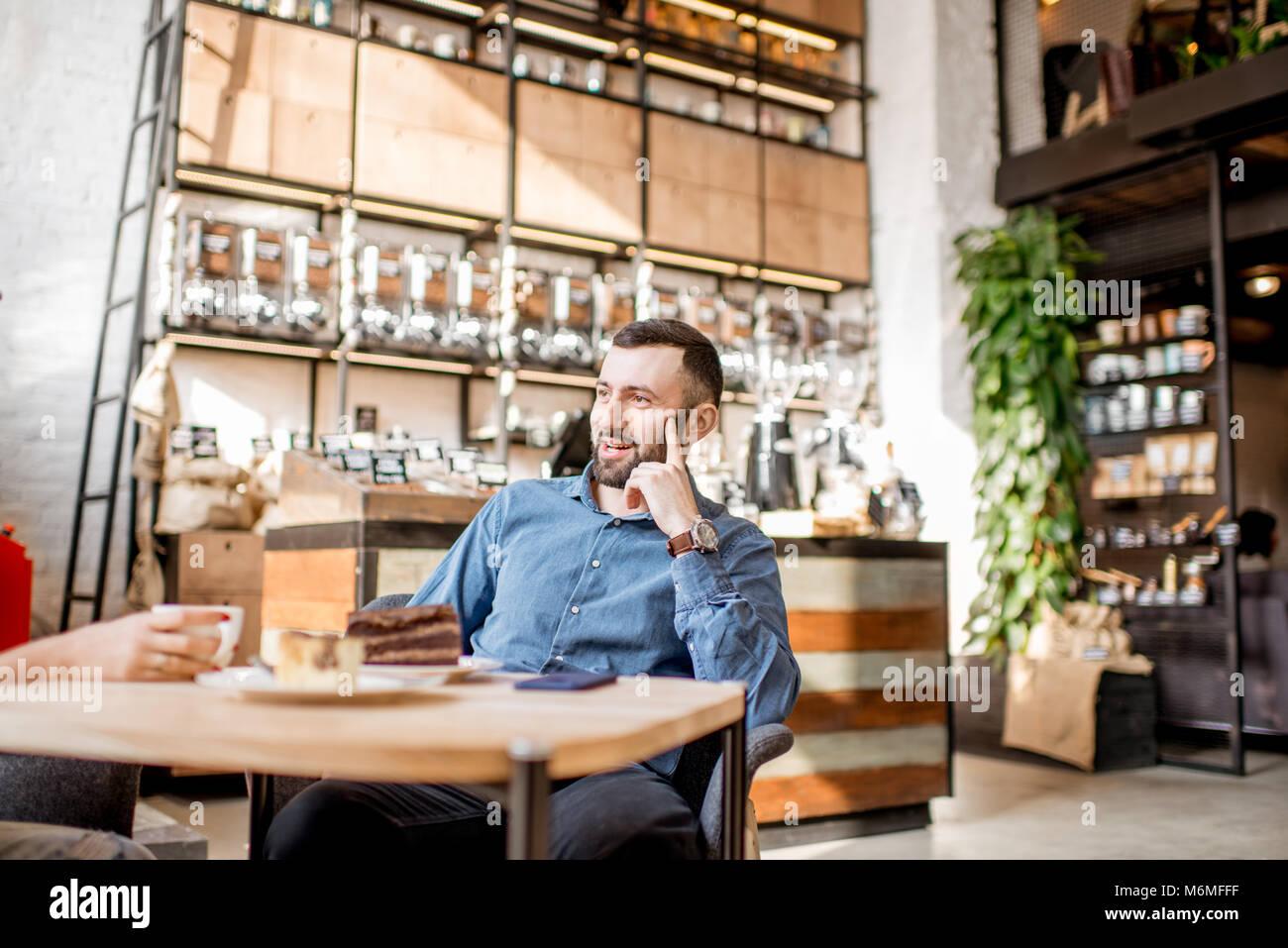 Uomo nel caffè Immagini Stock