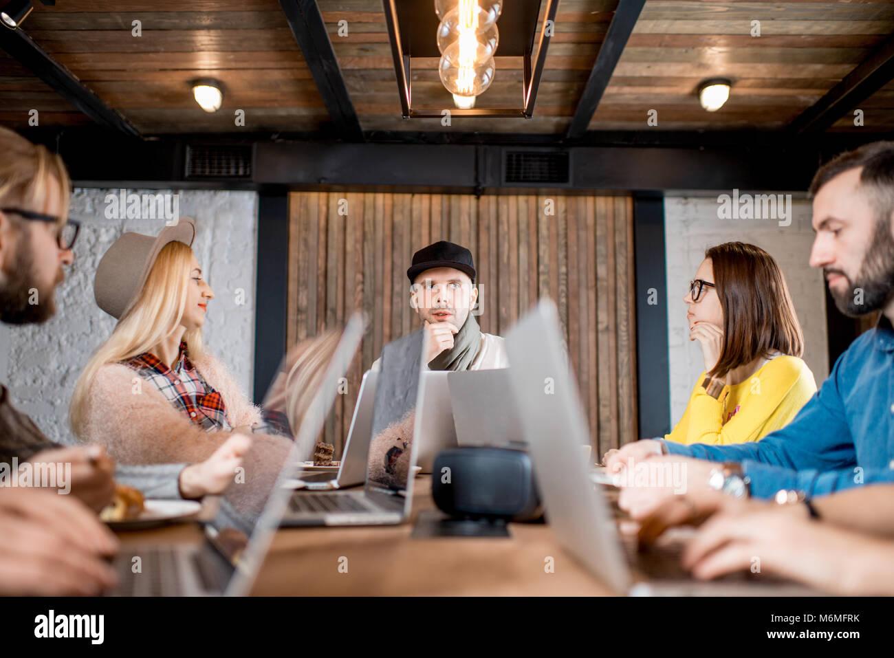 I colleghi durante la conferenza in ambienti interni Immagini Stock