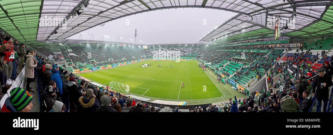 Vista panoramica di Allianz Stadium di Vienna prima della partita di calcio Rapid Wien vs Sturm Graz con le coreografie Immagini Stock
