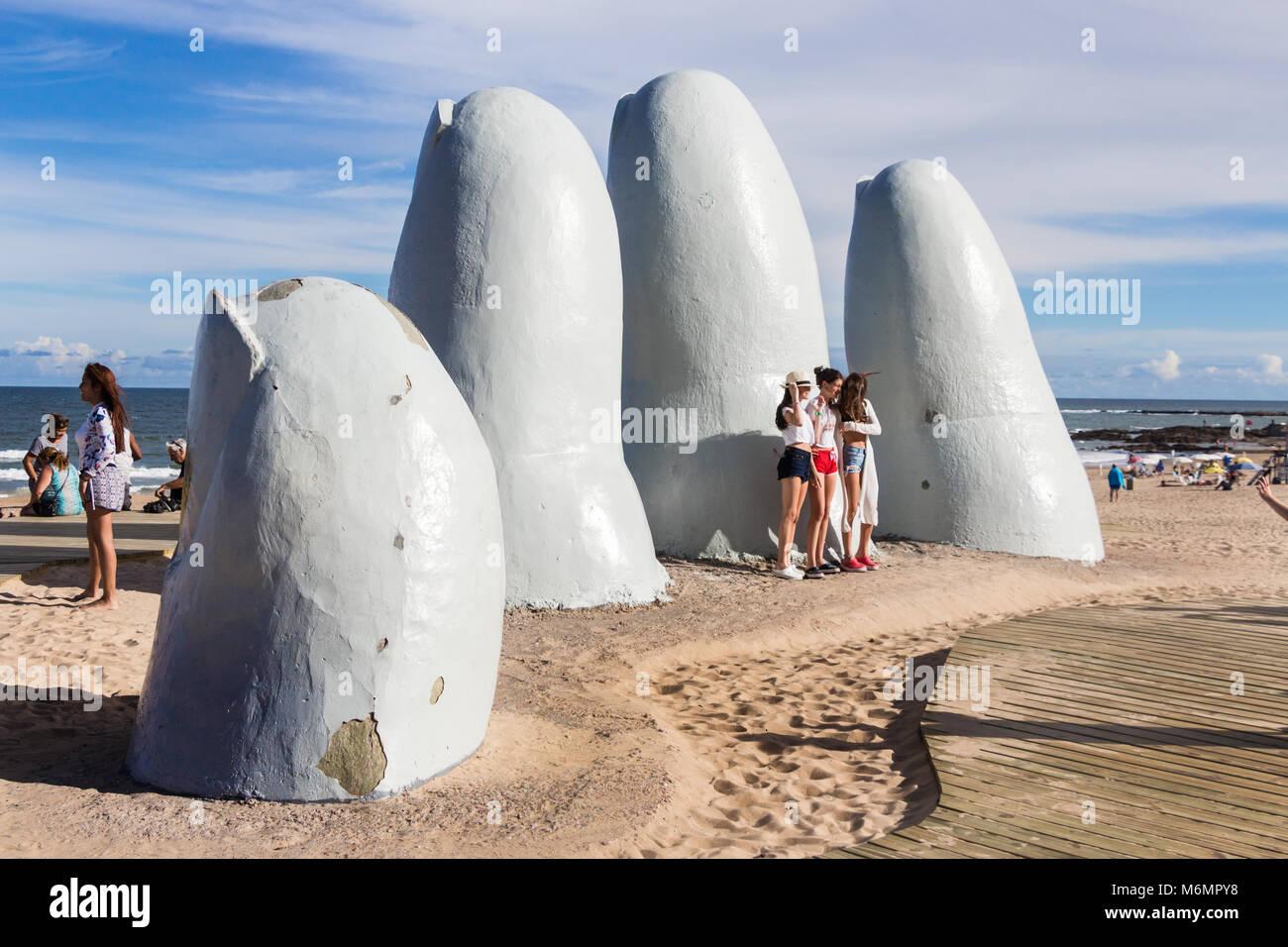 Punta Del Este, Uruguay - Febbraio 28th, 2018: tre giovani donne per scattare delle foto e sefies presso la mano, Immagini Stock