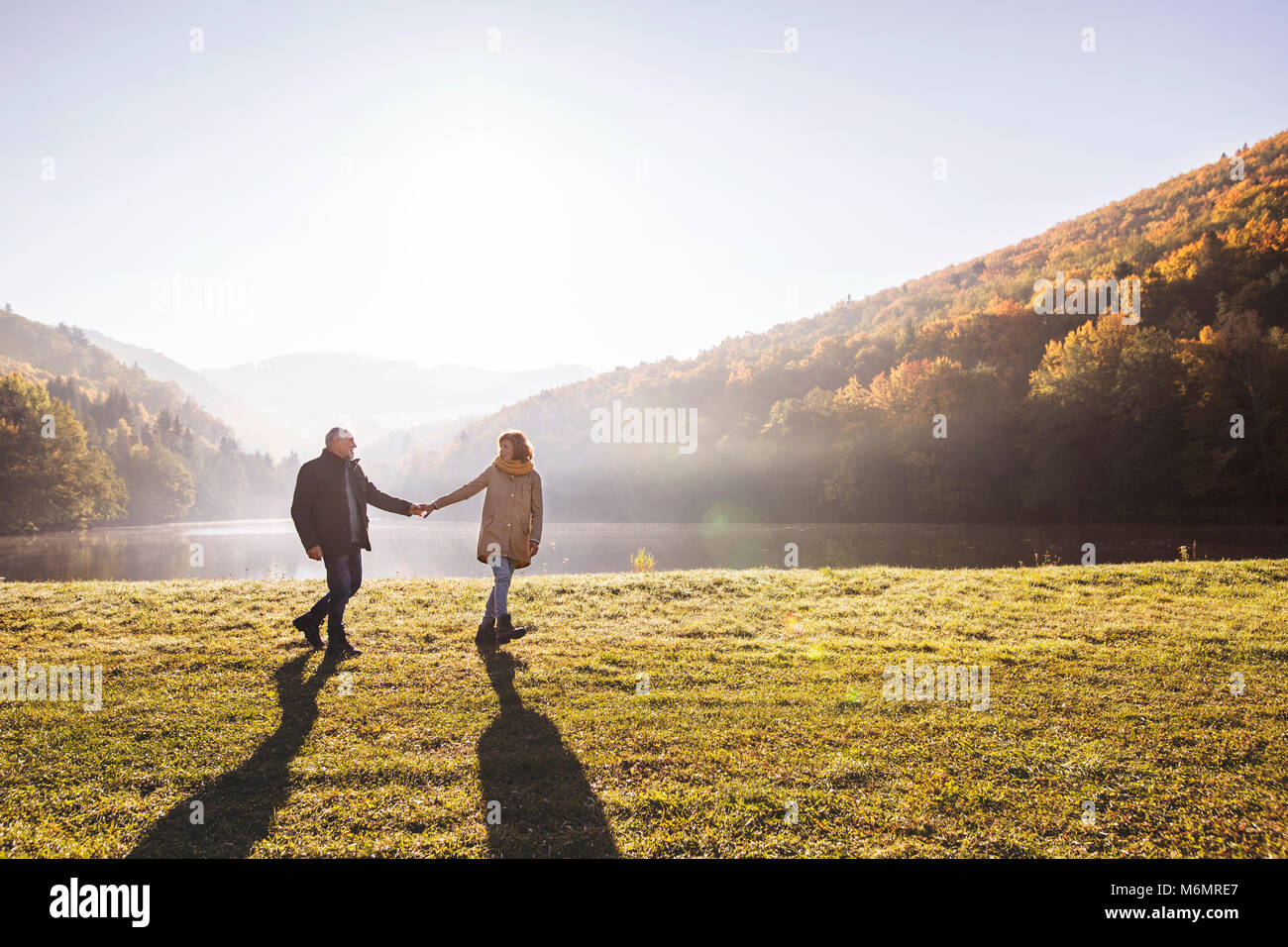 Coppia senior in una passeggiata in un autunno natura. Immagini Stock