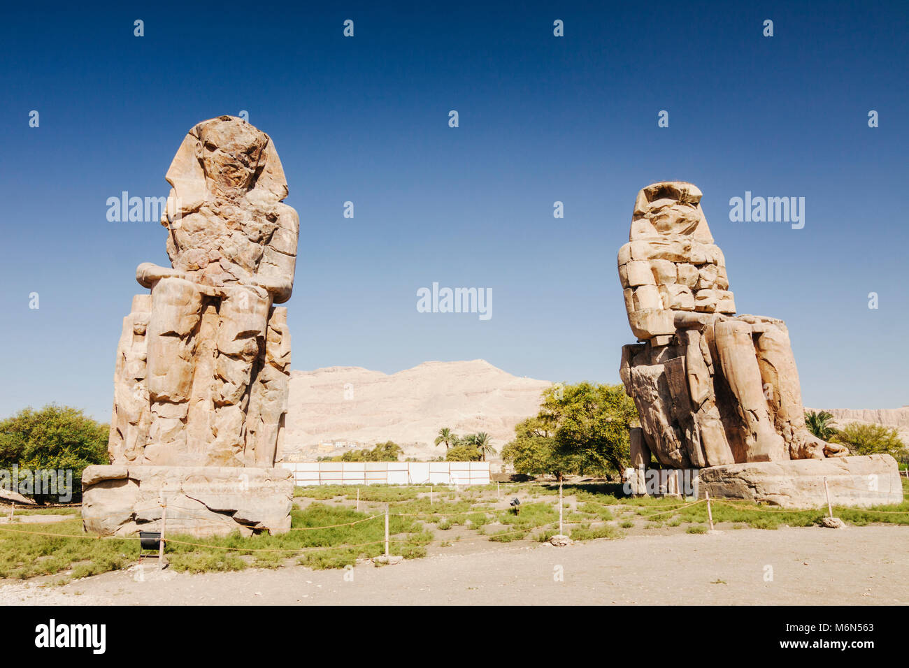 Luxor, Egitto. Colosso di Memnon, due enormi statue di pietra del faraone Amenhotep III, che regnò in Egitto Immagini Stock