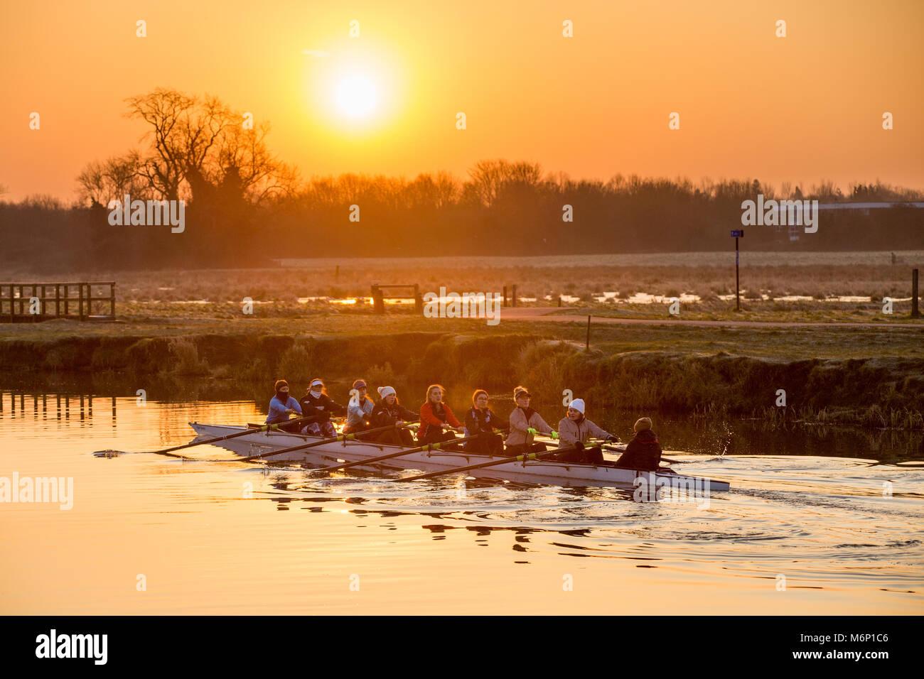I rematori fuori sul fiume Cam in Cambridge all alba del Sabato mattina (Feb 24) sfidando le temperature sotto zero.temperature Foto Stock