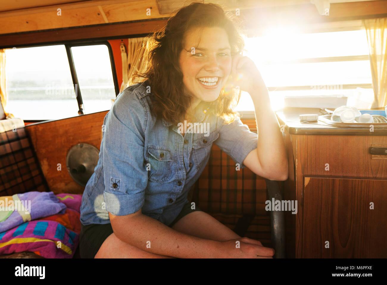 Giovane 20 anni di appendere fuori nella sua auto sulla spiaggia Immagini Stock