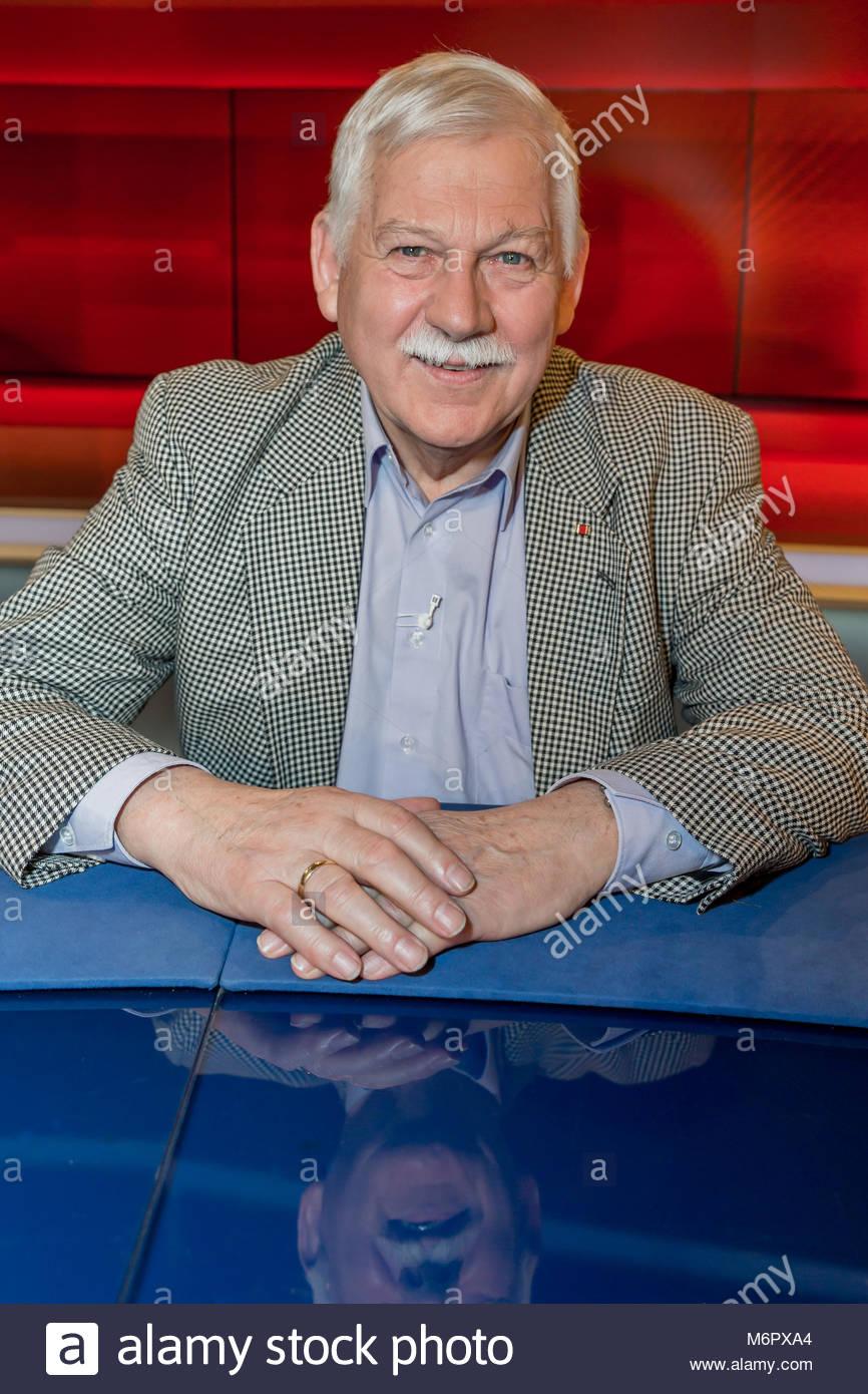 Manfred Baasner Vorsitzender der Wattenscheider Tafel e.V. und Träger des Bundesverdienstkreuzes im Fernsehstudio Immagini Stock