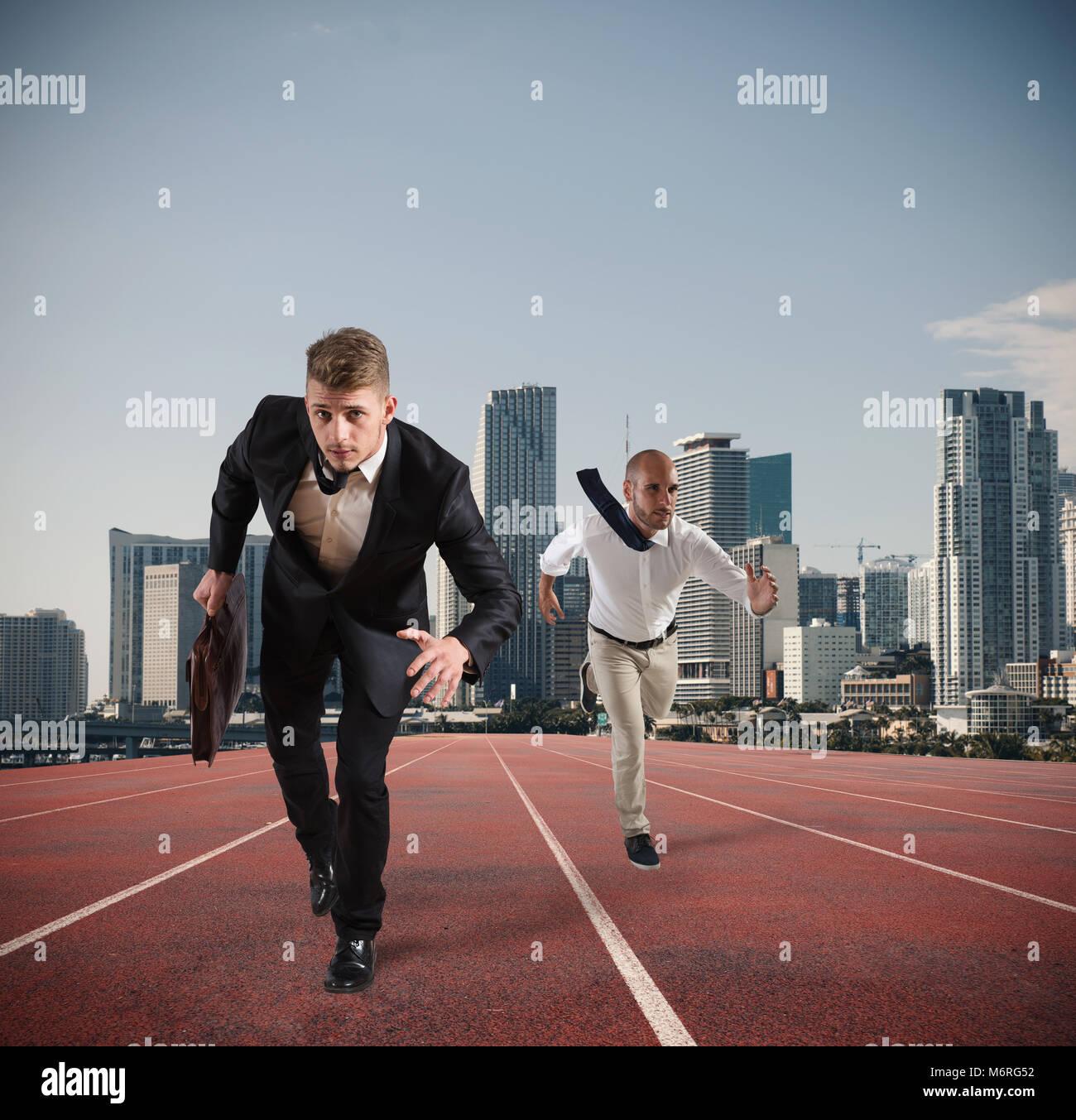 Imprenditore agisce come un runner. La concorrenza e la sfida nel concetto di business Immagini Stock