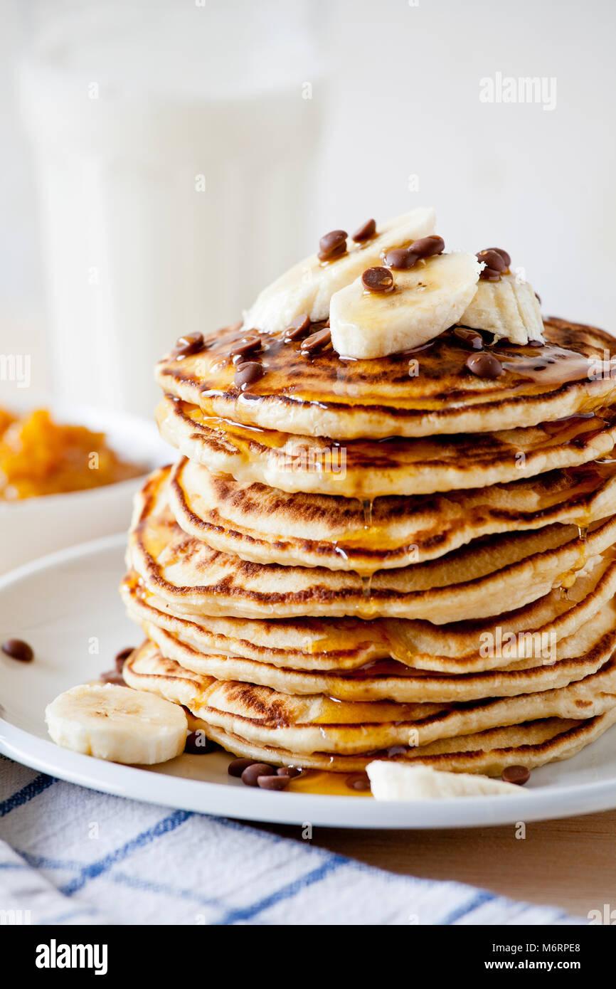 Pila di Pancake fatti in casa con frutta fresca Immagini Stock