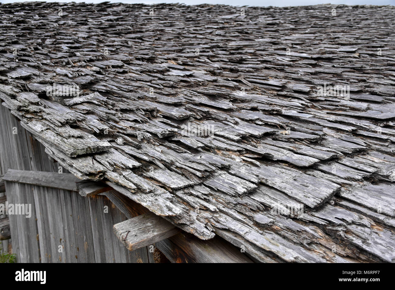 Vecchio Materiale Da Copertura tetto in legno di una vecchia fattoria shack nelle alpi