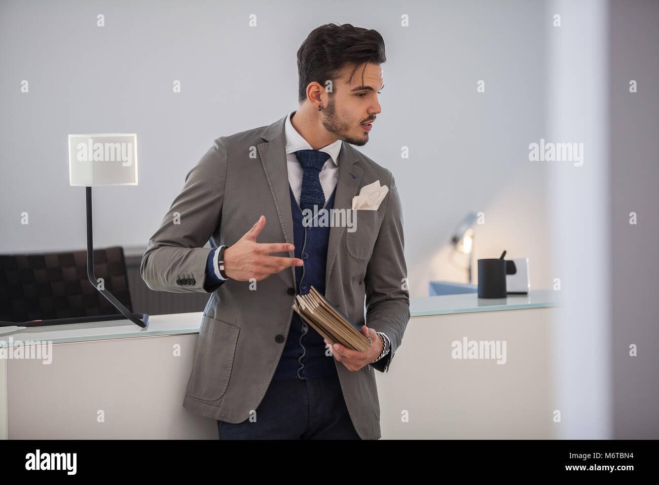 anteprima di stile popolare ma non volgare Uomo con stile (indossare giacca e cravatta) al lavoro o ...