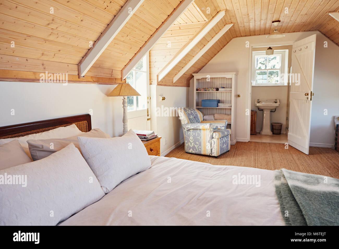 Mansarda spaziosa camera da letto con bagno in una casa foto