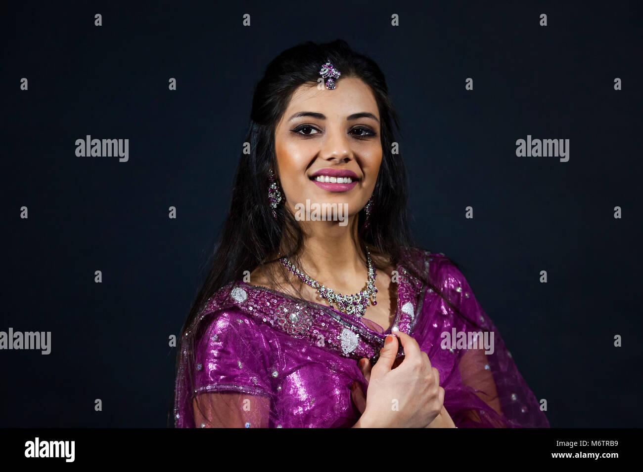 Ritratto di sorridente bella ragazza indiana. giovani modello femminile indossa gioielli set e i tradizionali abiti Immagini Stock