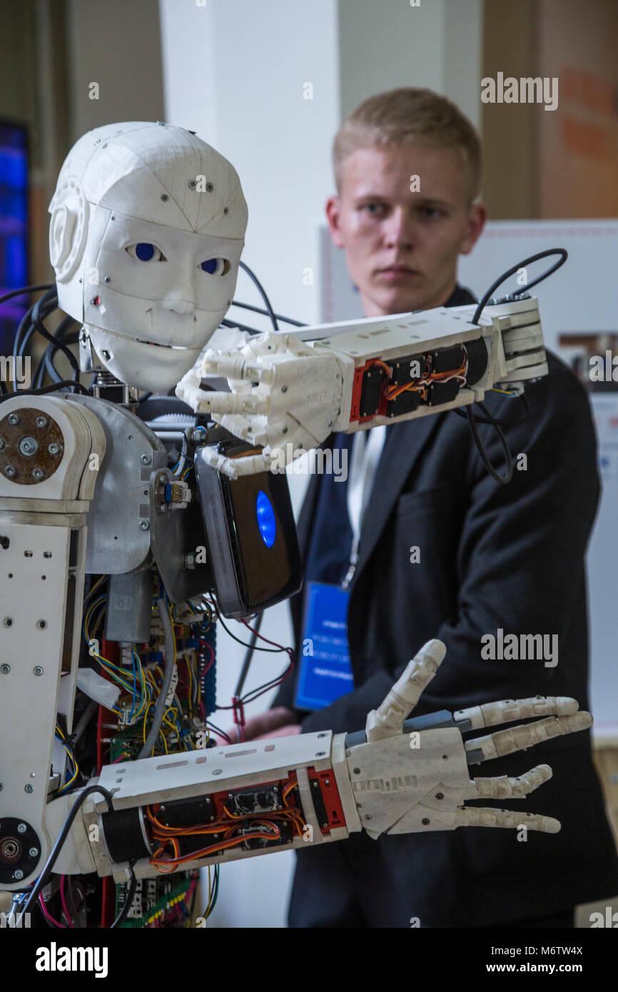 Un giovane scienziato testing di un robot antropoide al Robostation, a Mosca VDNKh Exhibition Centre in Russia Immagini Stock