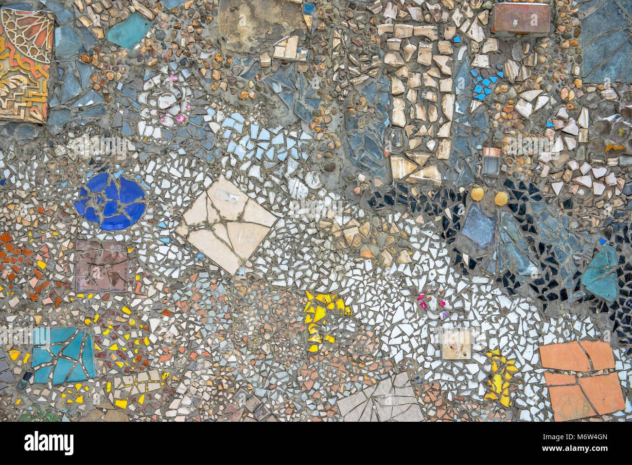 Parete in mosaico colourful piastrelle rotte pietre e ware
