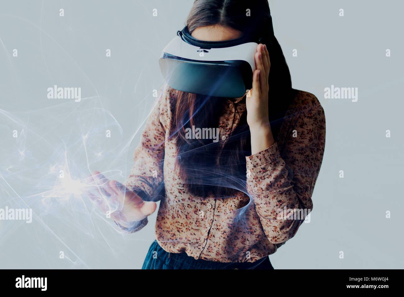 La donna con gli occhiali di realtà virtuale. La tecnologia del futuro concetto. Moderna tecnologia di imaging Immagini Stock