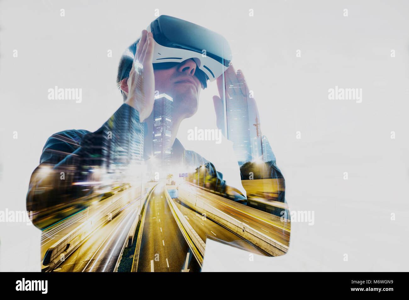 L'uomo con bicchieri di realtà virtuale. La tecnologia del futuro concetto. Moderna tecnologia di imaging Immagini Stock