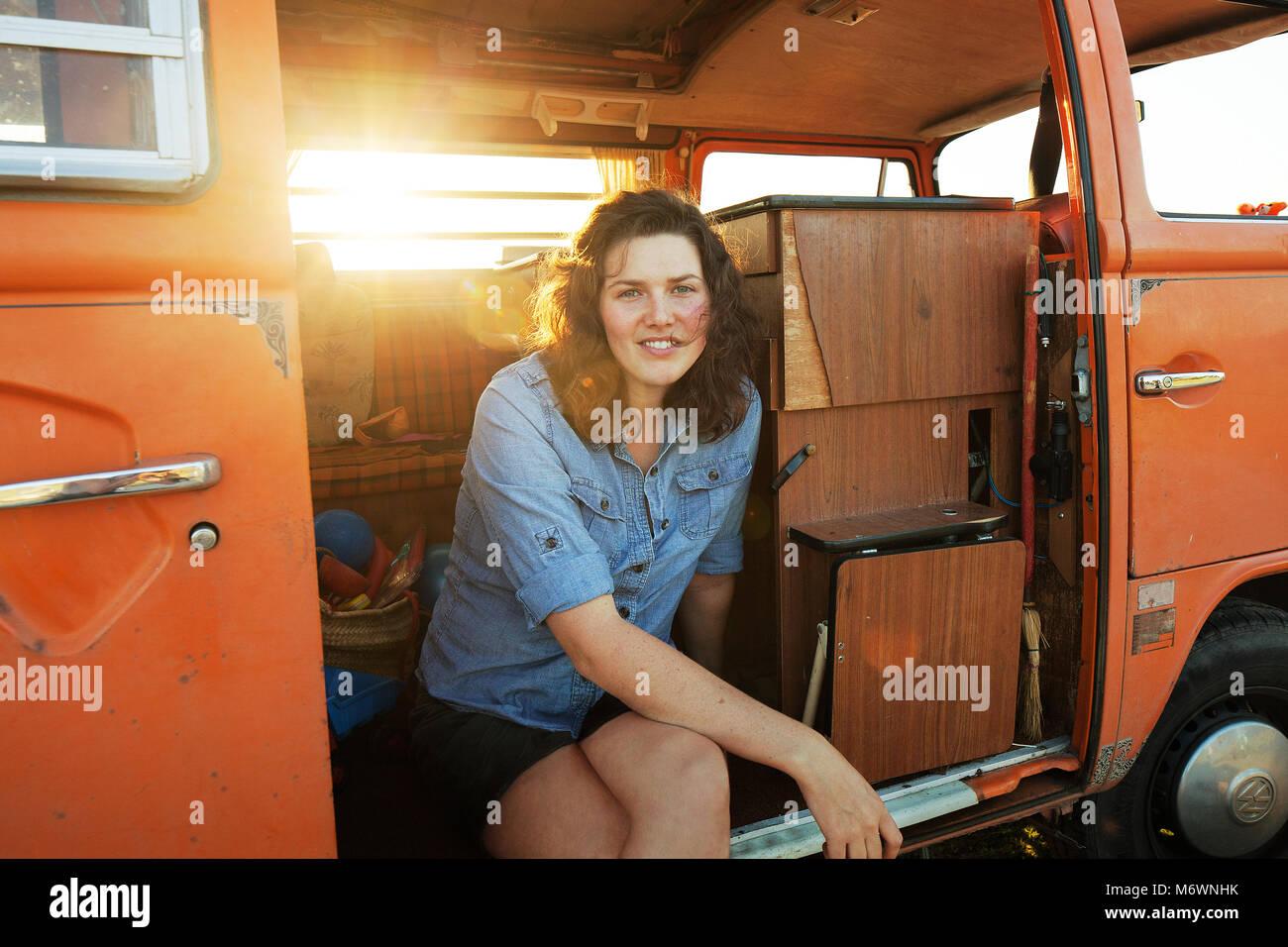 La donna nel suo furgone Immagini Stock