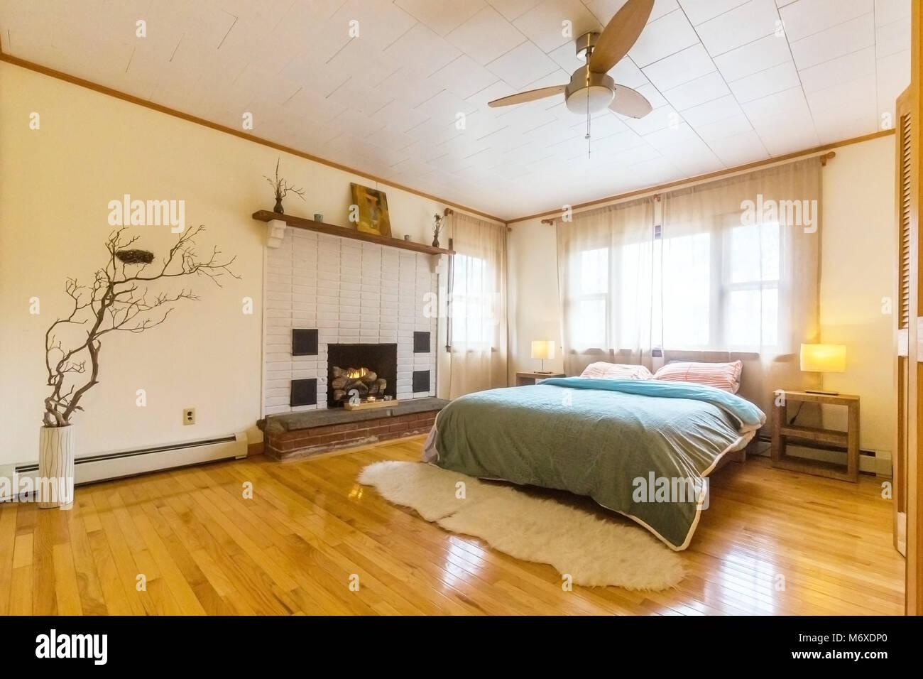 Camera da letto con grande letto matrimoniale e camino a luce del ...