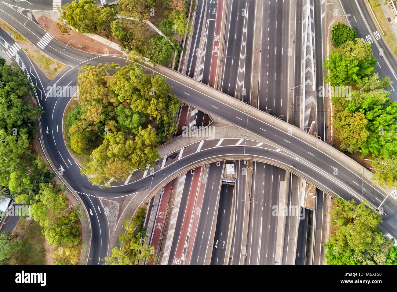Warringah freeway a multi-livello di intersezione di Nord Sydney quando attraversando via forma rotonda e un ponte Immagini Stock