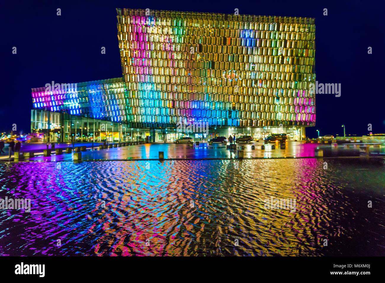Luci colorate- Inverno Festival delle Luci, Harpa Music Hall e il centro conferenze, Reykjavik, Islanda Immagini Stock