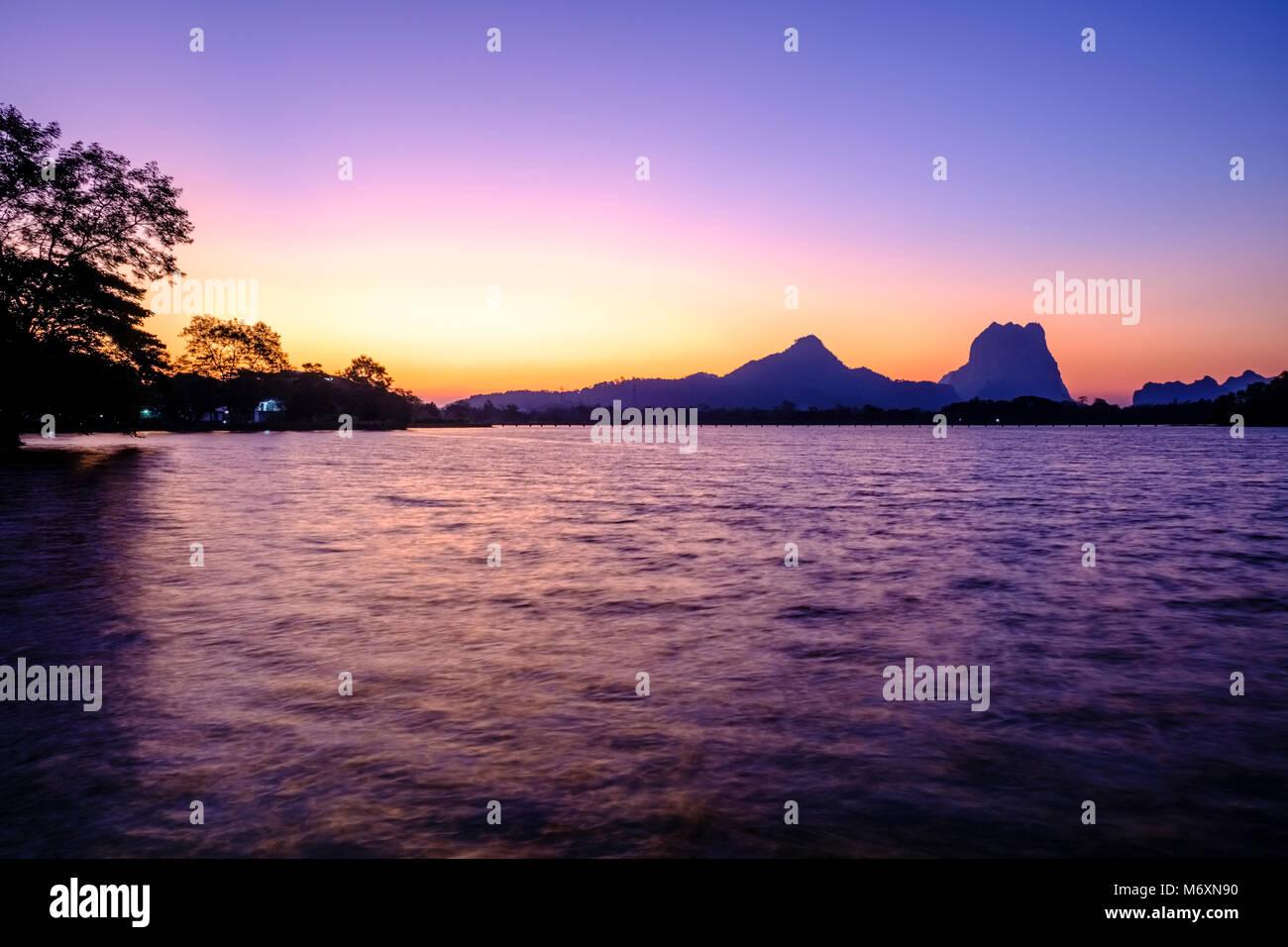 Mt. Zwegabin, si vede attraverso Kan Thar Yar lago di sunrise Immagini Stock