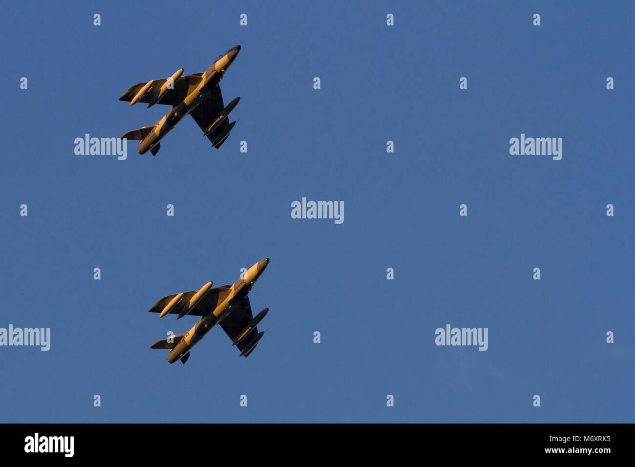 Due vecchie Hawker Hunter Mark 58s battenti per la Airborne Tactical Advantage Company (ATAC) sorvolano Kanagawa, Immagini Stock