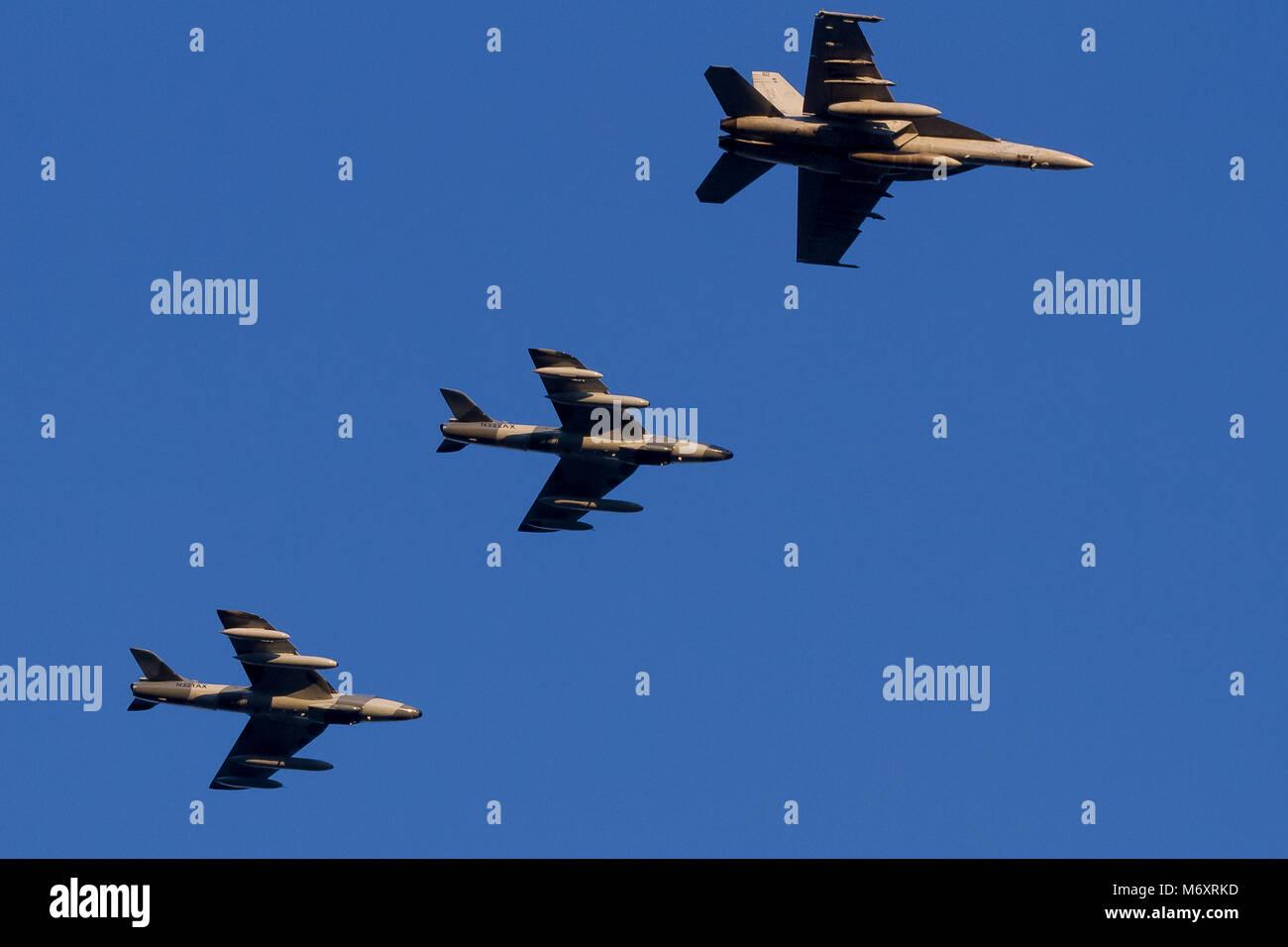 Un US Navy F18 Hornet e due vecchie Hawker Hunter Mark 58s battenti per la Airborne Tactical Advantage Company (ATAC) Immagini Stock