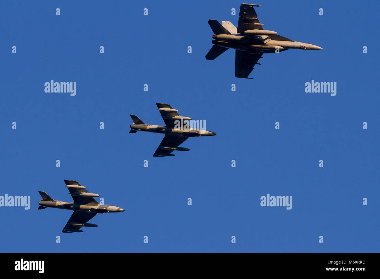 US Navy Boeing IF/A18F Super Hornet e due Airborne Tactical Advantage Company (ATAC) Hawker Hunter Mark 58s, sorvolando Foto Stock