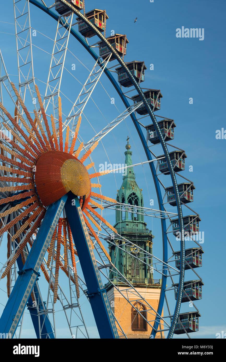Una ruota panoramica Ferris a Neptunbrunnen con Marienkirche dietro, nel quartiere Mitte di Berlino, Germania Immagini Stock