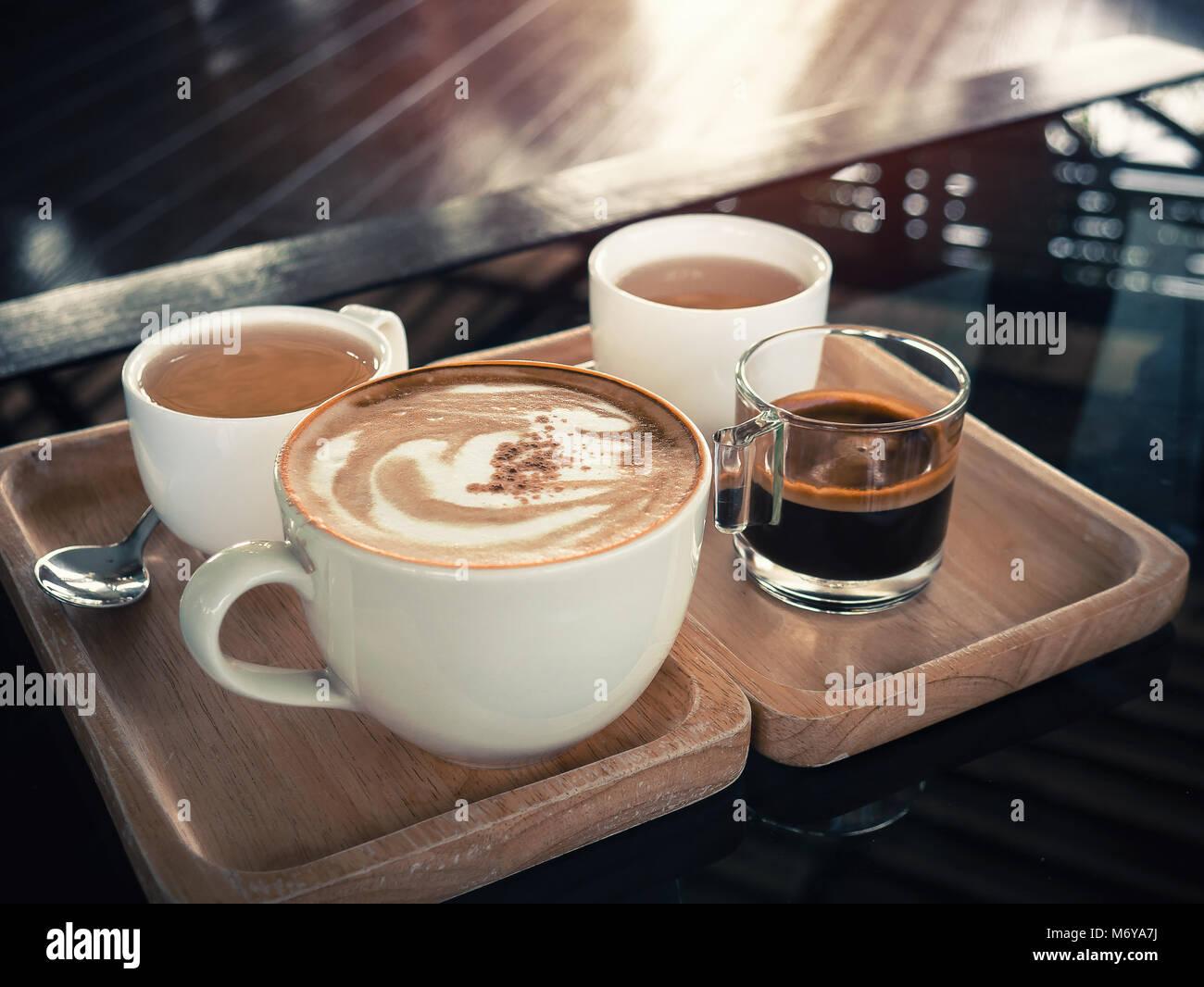 Tazze di cappuccino su sfondo di legno.verde tazze di ceramica.tono vintage stile colori.tazza di caffè concetto. Immagini Stock