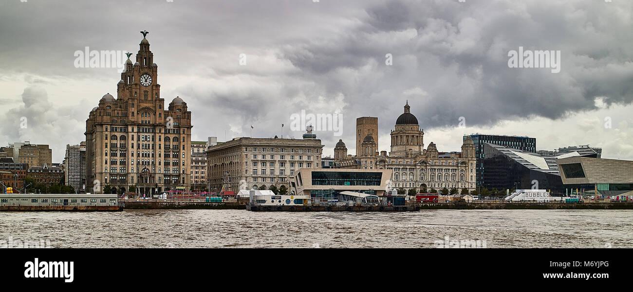 Vista panoramica della Skyline di Liverpool e area del litorale attraverso il fiume Mersey Immagini Stock