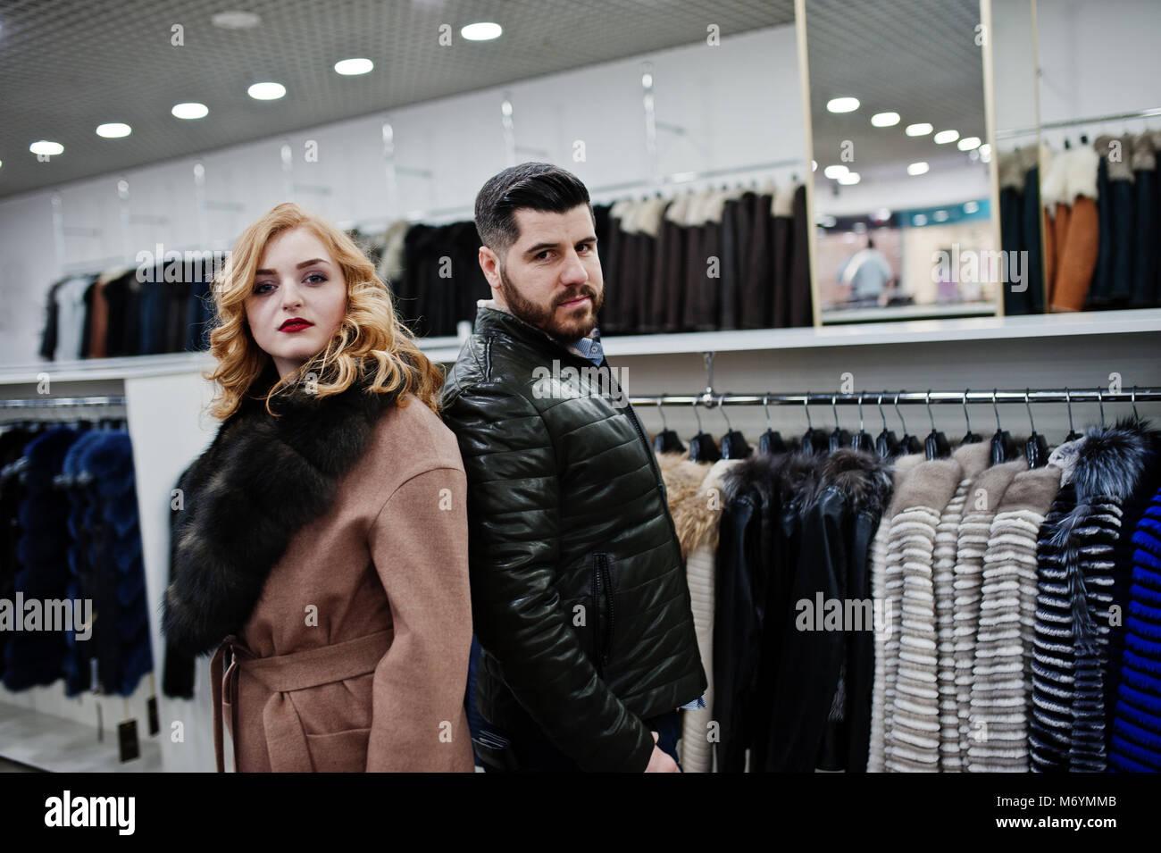 timeless design 6d9c2 79cea Eleganza ragazza bionda in pelliccia ed elegante uomo turco ...
