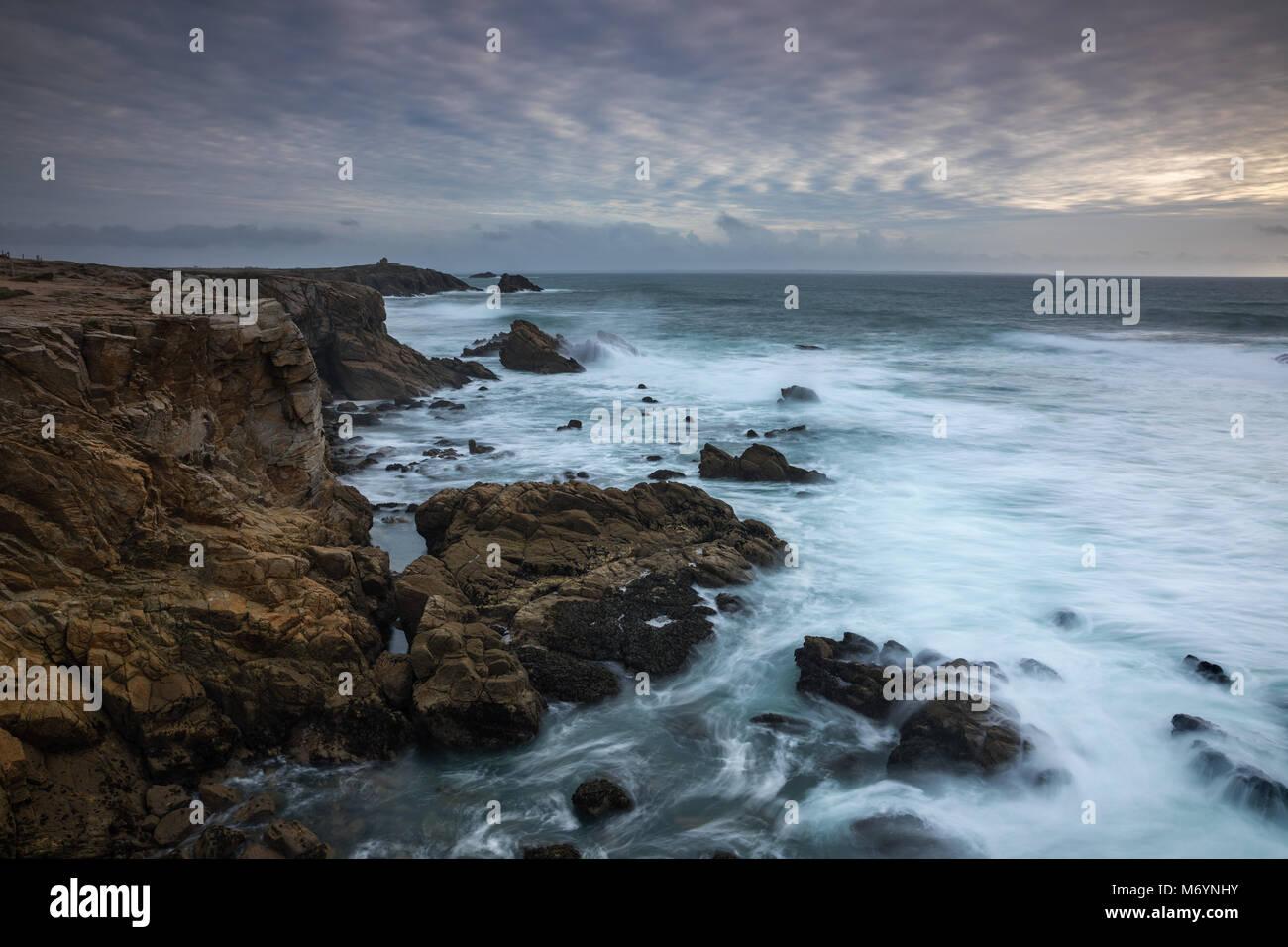Mare mosso la rottura sulla Cote Sauvage da Pointe de Beg en Aud, Presqu'île de Quiberon, Morbihan, Bretagne, Immagini Stock